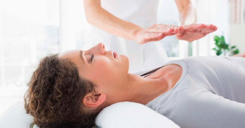 Reiki, yoga y piedras curativas